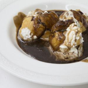 Profiteroles de nata con chocolate caliente