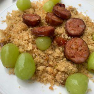 Migas con chorizo y uvas